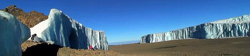 Der geteilte Furtwängler Gletscher mit Eisgrotte